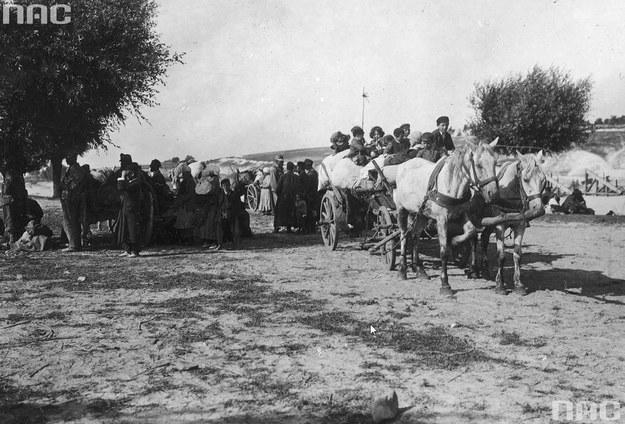 Prawdopodobnie grupa żydowskich uchodźców. W centrum kadru widoczny austro-węgierski żołnierz. Fotografia wykonana najprawdopodobniej w trakcie I wojny światowej /Z archiwum Narodowego Archiwum Cyfrowego