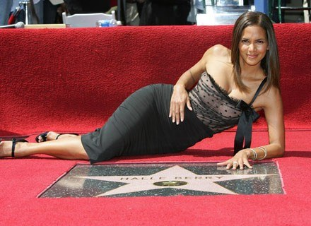 Prawdziwa gwiazda to dojrzała gwiazda, czy nie? Nz. Halle Berry w kwietniu 2007 /AFP