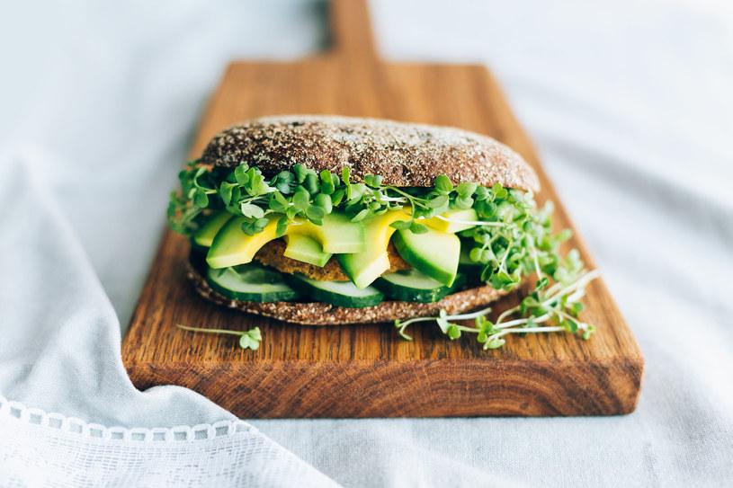 Prawdziwa uczta dla wegetarian- pożywna kanapka z awokado i kotlecikami z cukinii /123RF/PICSEL