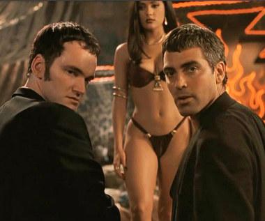 """Prawdziwie gwiazdorska kariera rozpoczęła się jednak od sukcesu """"Ostrego dyżuru"""" (Clooney otrzymał za rolę Rossa dwie nominacje do nagrody Emmy i trzy nominacje do Złotego Globu). Przełomową kreacją kinową była rola gangstera Setha Gecko w """"Od zmierzchu do świtu"""" (1996) Roberto Rodrigueza.  Była to historia dwóch braci (granych przez Clooneya i Tarantino), uciekających przez amerykańskim wymiarem sprawiedliwości do Meksyku. To tam obaj bohaterowie trafiają do podejrzanej spelunki, pół-burdelu """"Titty Twister"""", gdzie czekają ich erotyczne uciechy (m.in. striptiz Selmy Hayek)"""