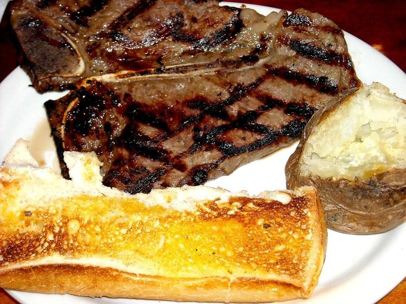 Prawdziwy stek świetnie smakuje z pieczonymi ziemniakami /123RF/PICSEL