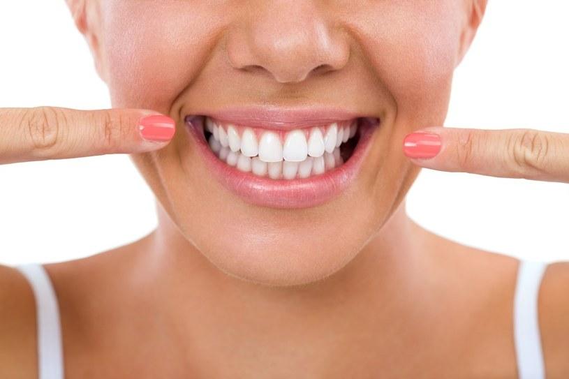 Prawidłowa, naturalna barwa zębów może być także żółtawa, szara lub kremowa /123RF/PICSEL