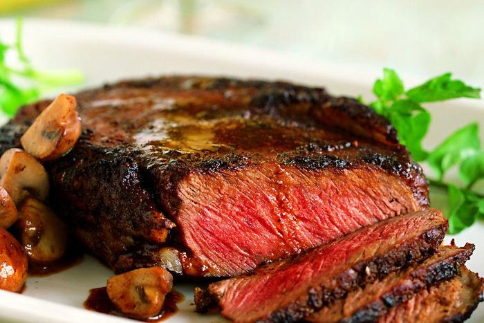 Prawidłowo upieczony stek powinien być różowawy w środku /123RF/PICSEL