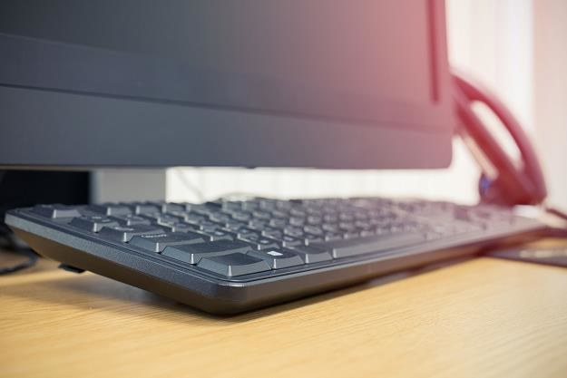 Prawie 50 proc. z nas nie wyłącza komputera po zakończonej pracy /©123RF/PICSEL