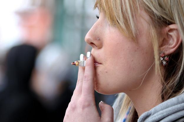 Prawie jedna trzecia Europejczyków wciąż sięga po papierosa /AFP
