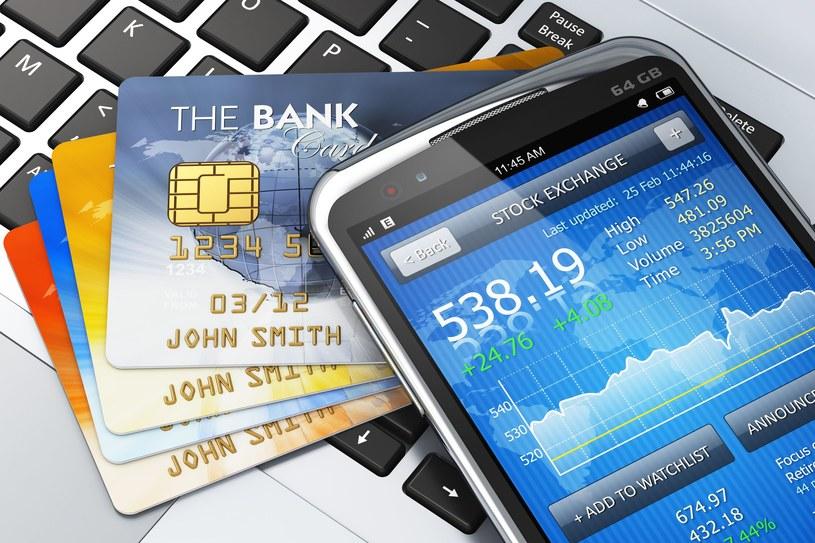 Prawie każdy Polak trzyma w portfelu przynajmniej jedną kartę płatniczą /123RF/PICSEL