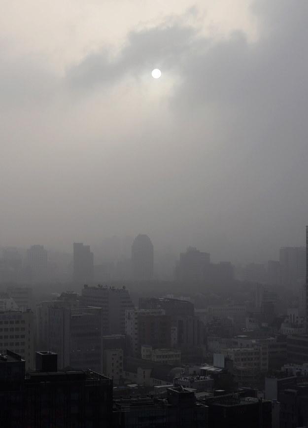 """Prawie na całym obszarze kraju odnotowano też """"bardzo złe"""" wartości wskaźnika PM2,5 /YONHAP   /PAP/EPA"""