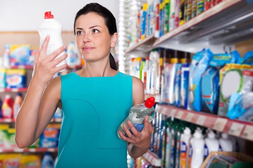 Prawie połowa konsumentów uważa, że największe korzyści odnosi, kupując w promocji m.in. chemię gospodarczą /123RF/PICSEL