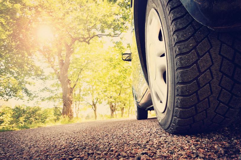 Prawo jednoznacznie zabrania jazdy z dwiema różnymi oponami na jednej osi, a korzystanie z innego ogumienia z przodu i z tyłu również nie jest zalecane /123RF/PICSEL