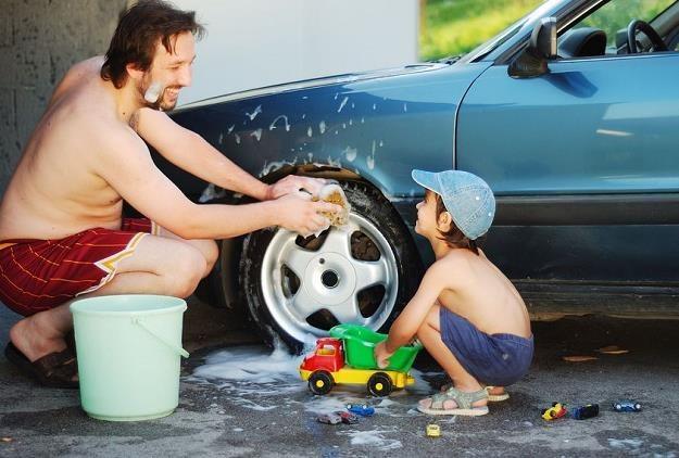 Prawo zabrania mycia samochodu na przydomowej posesji? /©123RF/PICSEL