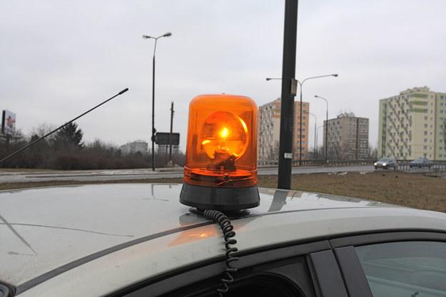 Prawo zamiast oznakowania trójkątem ostrzegawczym dopuszcza żółty sygnał błyskowy. /Motor