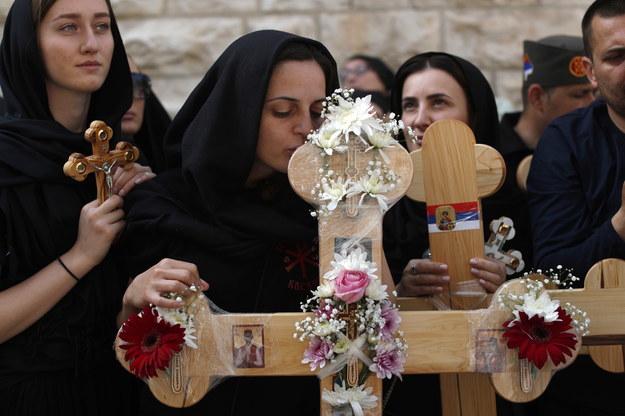 Prawosławni chrześcijanie z całego świata uczestniczyli w wielkopiątkowej procesji w Jerozolimie. /ATEF SAFADI  /PAP/EPA