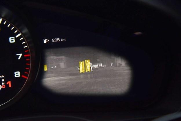 Prawy ekran może pokazywać obraz z kamery noktowizyjnej z rozpoznawaniem pieszych. /Motor