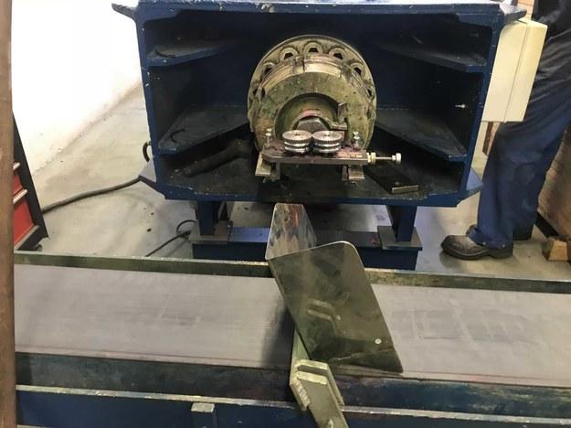 """""""Pręciki, które wyskakują z tej maszyny nie są proste. Musimy je osuszyć i w specjalnej maszynie wyprostować, żeby można było nimi pisać"""" /Michał Dobrołowicz /RMF FM"""