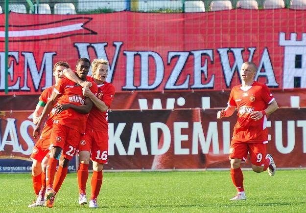 Prejuce Nakoulma (drugi z lewej) fetuje gola dla Widzewa. Fot. Grzegorz Michałowski /PAP