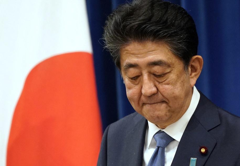 Premier Abe ustępuje z urzędu z powodów zdrowotnych /FRANCK ROBICHON / POOL   /PAP/EPA