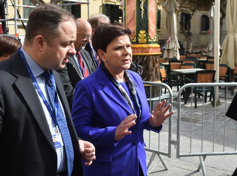 Premier Beata Szydło (2L) i wiceminister spraw zagranicznych Konrad Szymański (L) /Radek Pietruszka /PAP