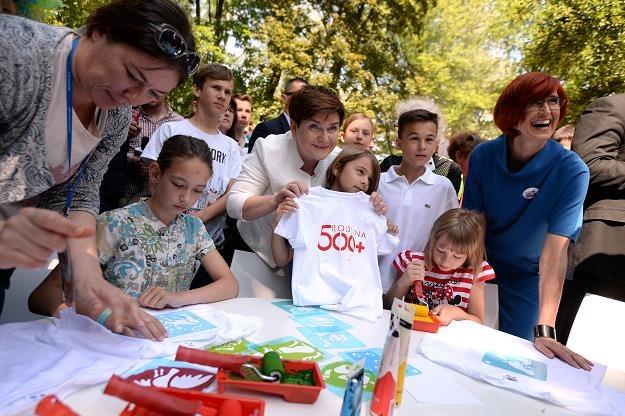 Premier Beata Szydło (C) i minister rodziny pracy i polityki społecznej Elżbieta Rafalska (P) /PAP