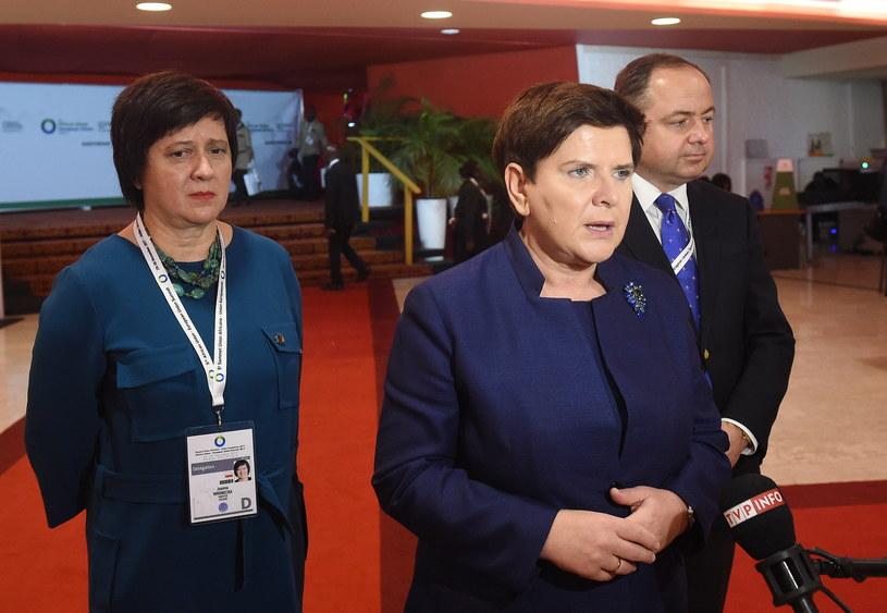 Premier Beata Szydło (C) i wiceministrowie spraw zagranicznych Joanna Wronecka (L) i Konrad Szymański (P) podczas konferencji prasowej po zakończeniu V szczytu Unii Europejskiej i Unii Afrykańskiej w Abidżanie /Radek Pietruszka /PAP