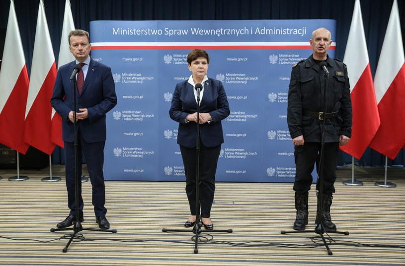 Premier Beata Szydło (C), minister spraw wewnętrznych i administracji Mariusz Błaszczak (L) oraz komendant główny Państwowej Straży Pożarnej, a także szef Obrony Cywilnej Kraju Leszek Suski (P) /Rafał Guz /PAP