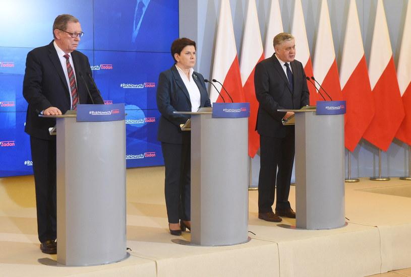 Premier Beata Szydło (C), minister środowiska Jan Szyszko (L) i minister rolnictwa i rozwoju wsi Krzysztof Jurgiel (P) /Radek Pietruszka /PAP