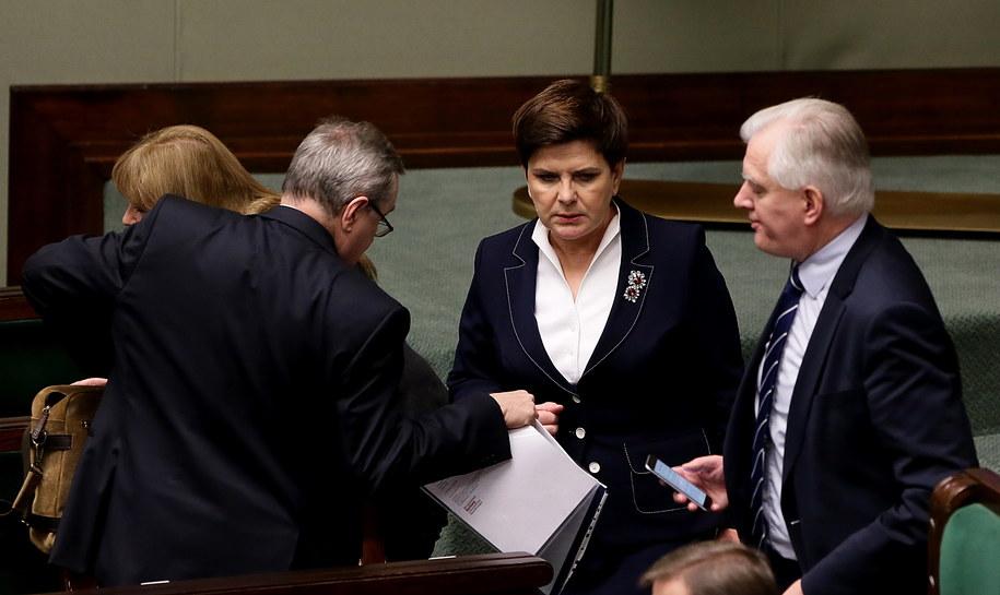 Premier Beata Szydło (C) oraz wicepremierzy Piotr Gliński (L) i Jarosław Gowin (P) w Sejmie /Tomasz Gzell /PAP
