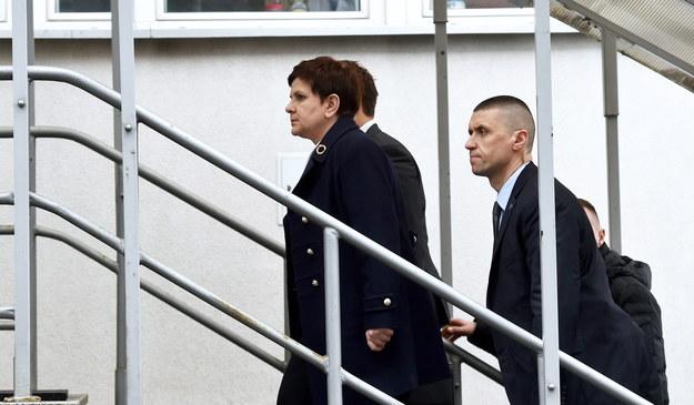 Premier Beata Szydło (C) po przyjeździe do Prokuratury Okręgowej w Krakowie /Jacek Bednarczyk /PAP