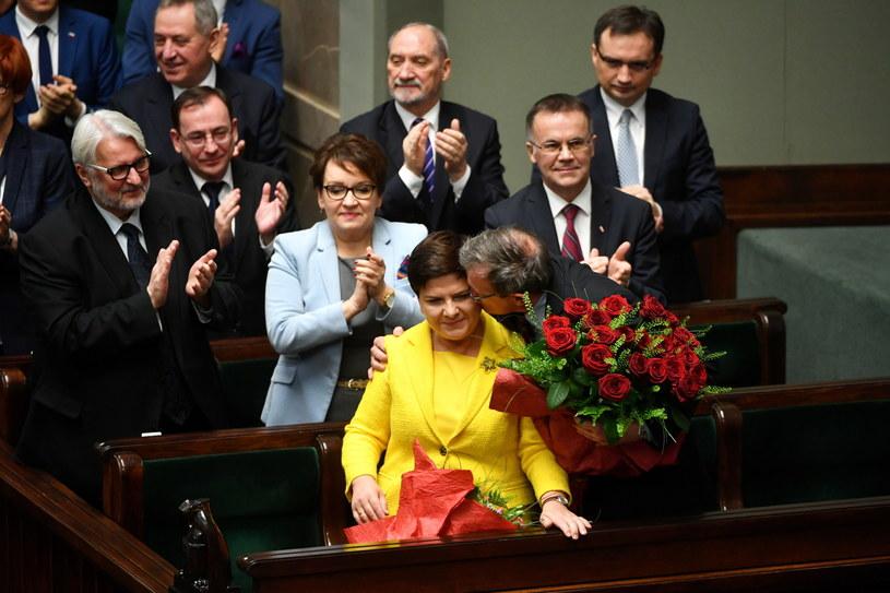 Premier Beata Szydło (C), w drugim rzędzie członkowie Rady Ministrów Anna Zalewska (L) i Jarosław Sellin (P) w Sejmie /Bartłomiej Zborowski /PAP