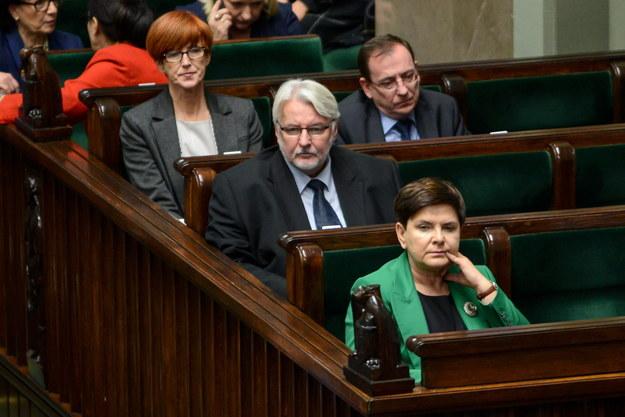 Premier Beata Szydło (front), minister spraw zagranicznych Witold Waszczykowski (C), minister rodziny, pracy i polityki społecznej Elżbieta Rafalska (L) oraz koordynator służb specjalnych Mariusz Kamiński (P w głębi) podczas posiedzenia Sejmu /Jakub Kamiński   /PAP
