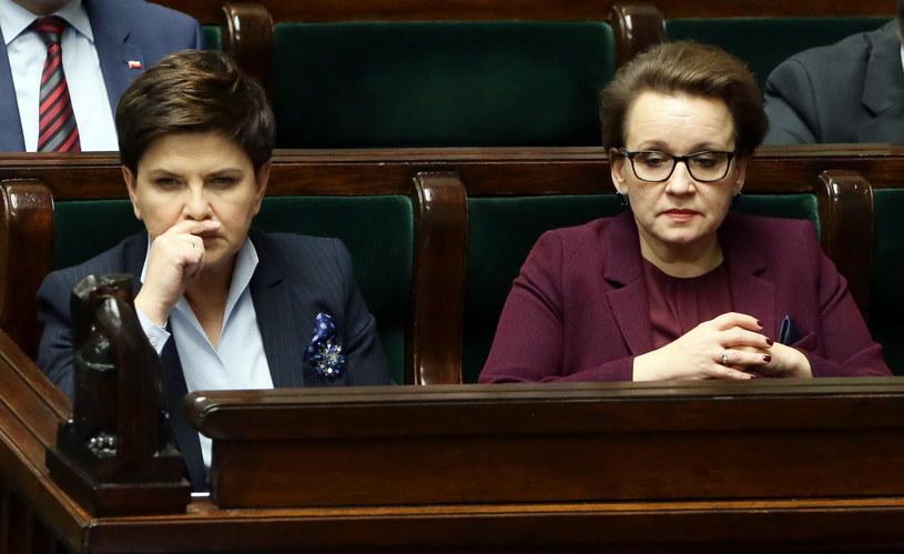 Premier Beata Szydło i minister edukacji Anna Zalewska na sali obrad w Sejmie /Tomasz Gzell /PAP