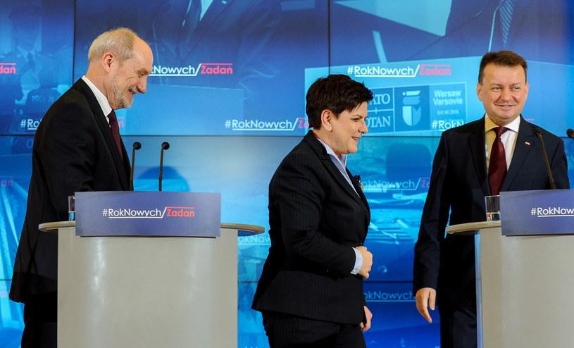Premier Beata Szydło i minister obrony narodowej Antoni Macierewicz podczas konferencji prasowej po spotkaniu /Marcin Obara /PAP