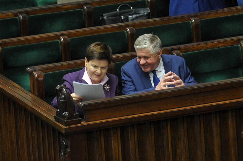 Premier Beata Szydło i minister rolnictwa i rozwoju wsi Krzysztof Jurgiel na sali sejmowej /Marcin Obara /PAP