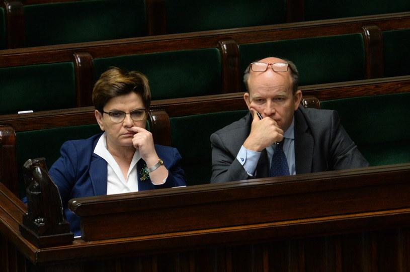 Premier Beata Szydło i minister zdrowia Konstanty Radziwiłł w ławach rządowych w Sejmie /Marcin Obara /PAP