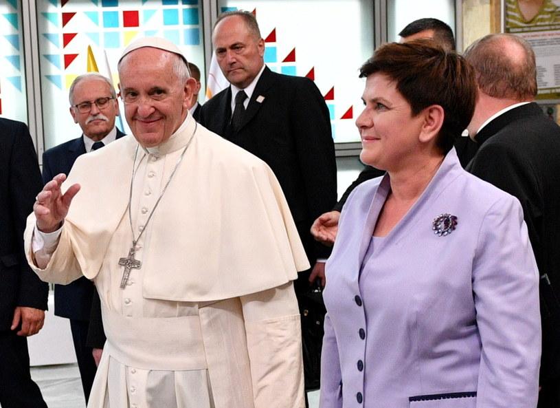 Premier Beata Szydło i papież Franciszek podczas wizyty w Uniwersyteckim Szpitalu Dziecięcym w Krakowie Prokocimiu /Maciej Kulczyński /PAP