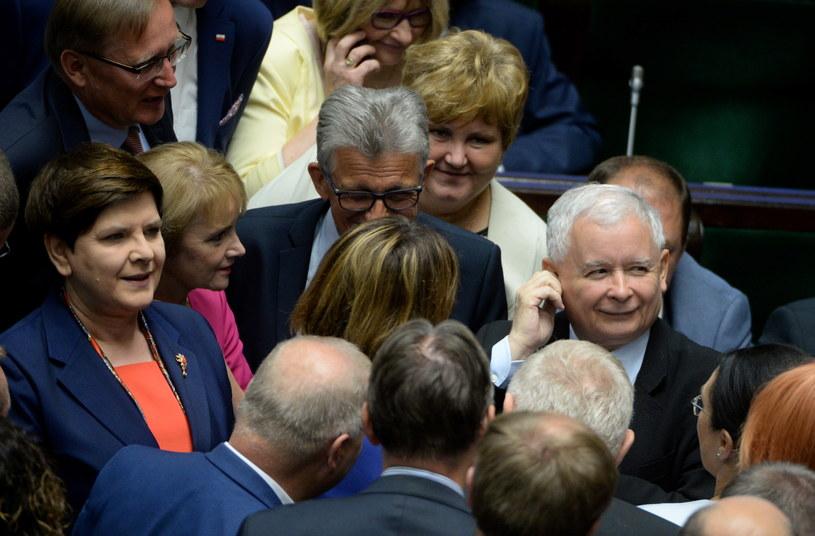 Premier Beata Szydło i prezes PiS Jarosław Kaczyński w otoczeniu polityków PiS na sali plenarnej /Jacek Turczyk /PAP