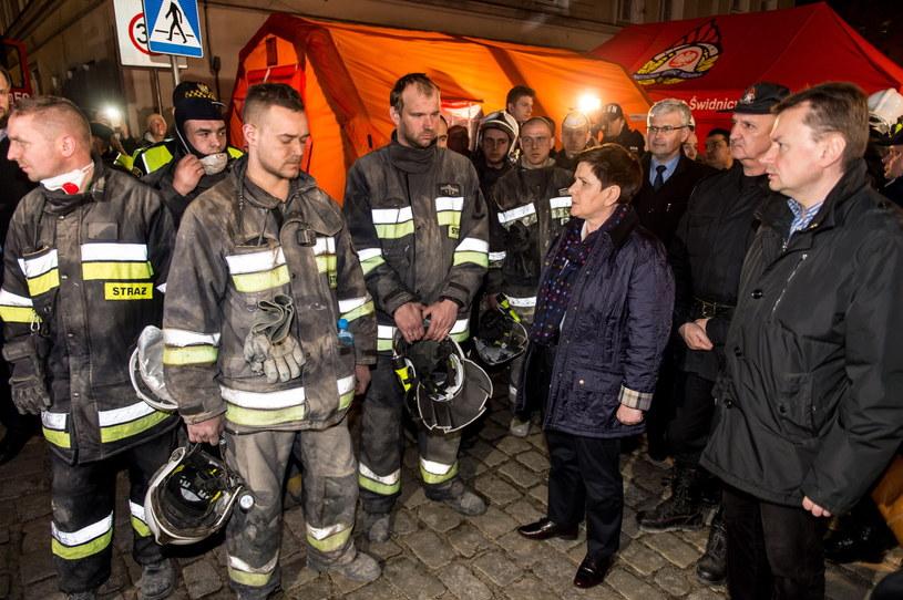 Premier Beata Szydło i szef MSWiA Mariusz Błaszczak rozmawiają ze strażakami na miejscy wypadku w Świebodzicach /PAP
