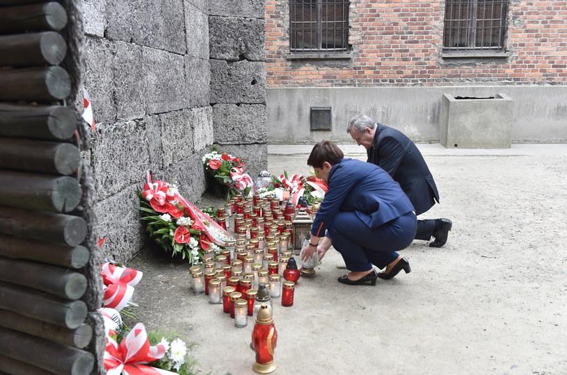 Premier Beata Szydło i wicepremier Piotr Gliński zapalili znicze przed Ścianą Straceń w byłym obozie Auschwitz I w Oświęcimiu /Jacek Bednarczyk /PAP
