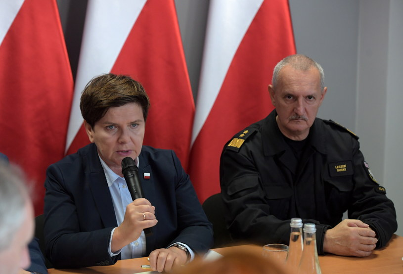 Premier Beata Szydło (L) i komendant główny Straży Pożarnej Leszek Suski (P) /Adam Warżawa /PAP