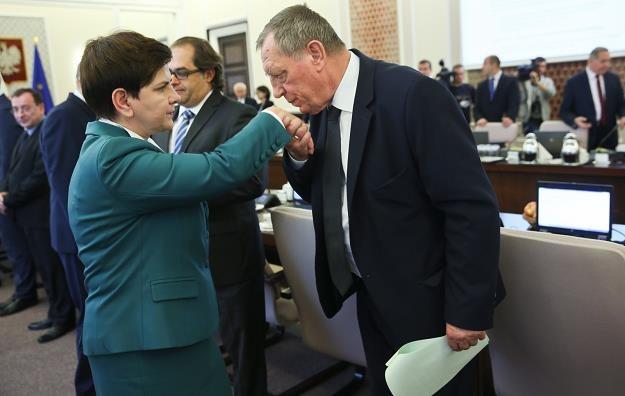 Premier Beata Szydło (L) i minister środowiska Jan Szyszko (P) /PAP