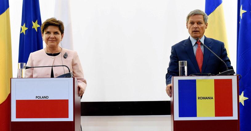 Premier Beata Szydło (L) oraz premier Rumunii Dacian Ciolos (P) podczas wspólnej konferencji prasowej po spotkaniu /Radek Pietruszka /PAP