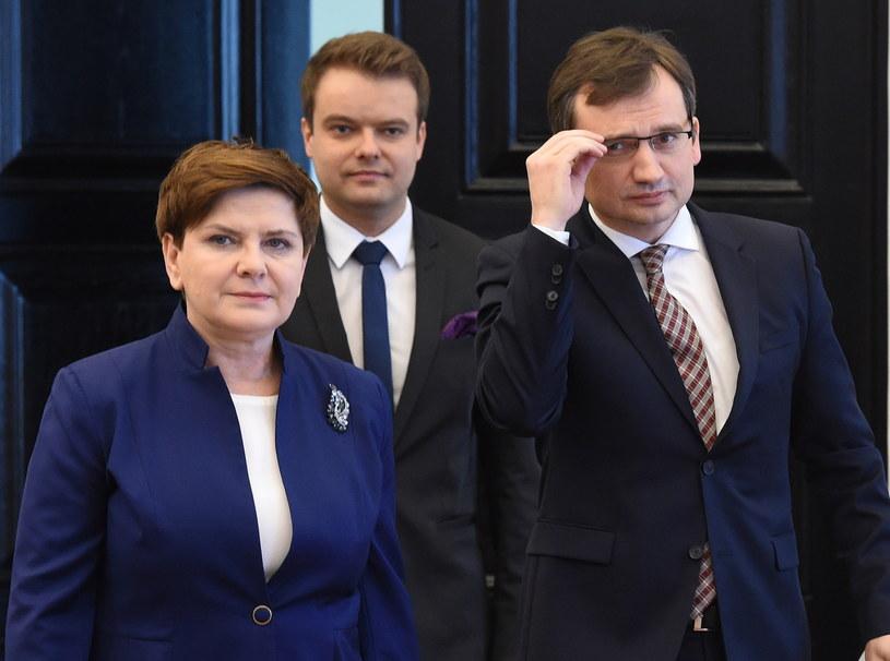 Premier Beata Szydło, minister sprawiedliwości Zbigniew Ziobro i rzecznik rządu Rafał Bochenek /Radek Pietruszka /PAP