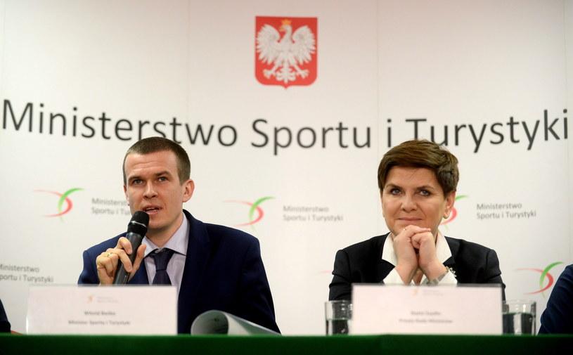 Premier Beata Szydło oraz minister sportu i turystyki Witold Bańka podczas konferencji prasowej w siedzibie resortu /Bartłomiej Zborowski /PAP