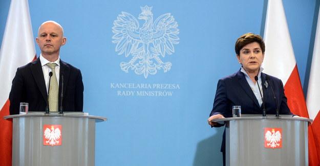 Premier Beata Szydło (P) i minister finanasów Paweł Szałamacha (L) /PAP
