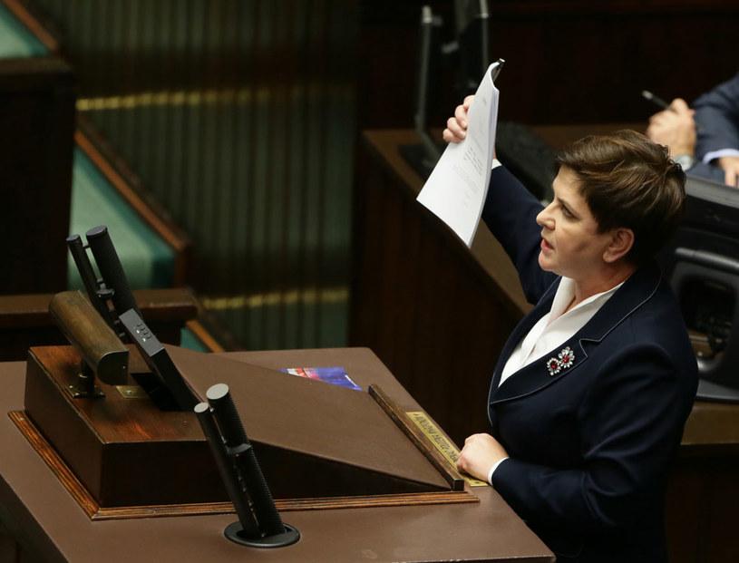 Premier Beata Szydło podczas debaty, przed głosowaniem nad prezydenckim projektem obniżenia wieku emerytalnego /Tomasz Gzell /PAP