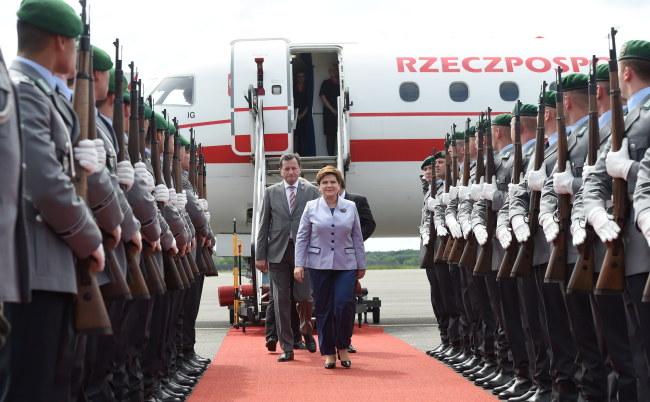 Premier Beata Szydło podczas oficjalnego powitania na lotnisku w Berlinie /Radek Pietruszka /PAP