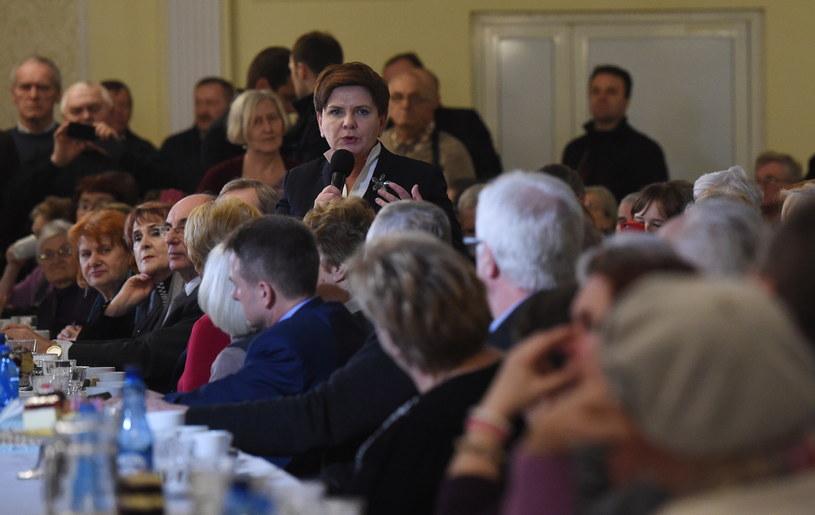 Premier Beata Szydło podczas spotkania z seniorami w Makowie Mazowieckim /Radek Pietruszka /PAP/EPA