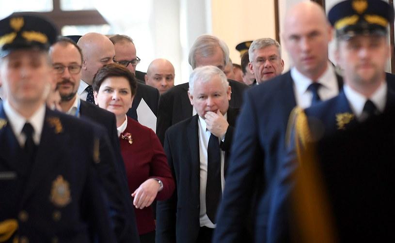 Premier Beata Szydło, prezes PiS Jarosław Kaczyński oraz marszałek Senatu Stanisław Karczewski na korytarzu sejmowym /Bartłomiej Zborowski /PAP
