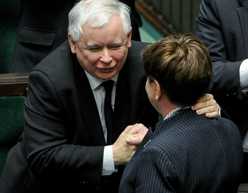 Premier Beata Szydło przyjmuje gratulacje od prezesa PiS Jarosława Kaczyńskiego /Marcin Obara /PAP