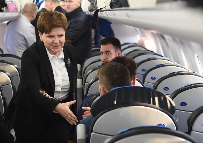 Premier Beata Szydło w samolocie, w drodze do Brukseli /Radek Pietruszka /PAP