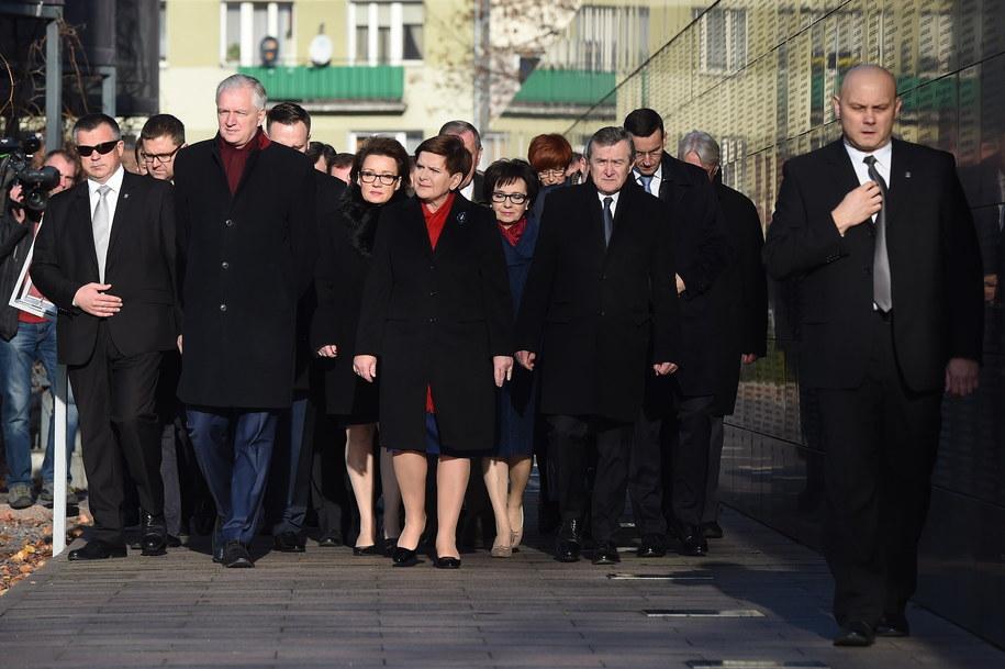 Premier Beata Szydło wraz z ministrami swojego rządu złożyła kwiaty pod tablicą w Muzeum Powstania Warszawskiego, upamiętniającą prezydenta Lecha Kaczyńskiego /Radek Pietruszka /PAP